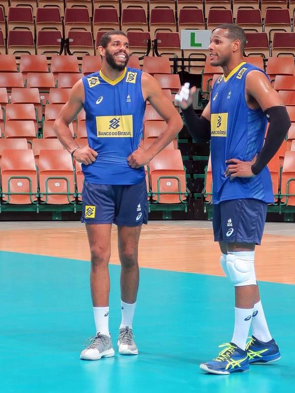 O oposto Wallace e o ponteiro Leal durante treino da seleção brasileira de vôlei na Polônia, antes da Liga das Nações 2019