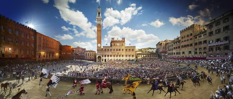 Palio de Siena, na Itália, corrida de cavalos que acontece duas vezes ao ano