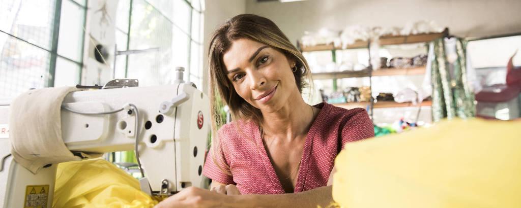 Grazi Massafera na pele de Paloma, uma costureira, na novela 'Bom Sucesso'