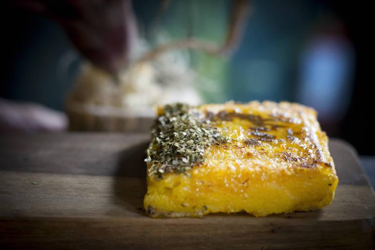 Entrada do restaurante Boto tem mandioca na pedra, pó de couve e mel nativo