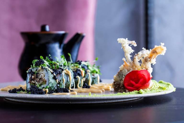 Futomaki de siri mole da costa da lagoa servido no Noma Sushi, novidade nos Jardins