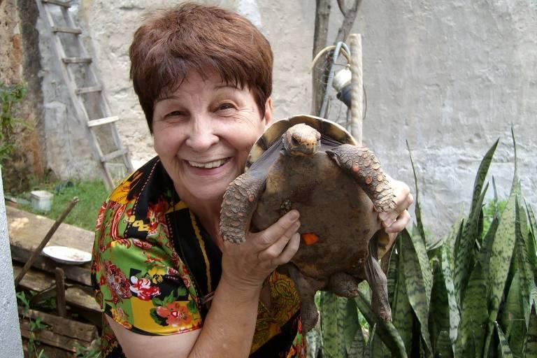 Diva Alves de Oliveira com uma tartaruga