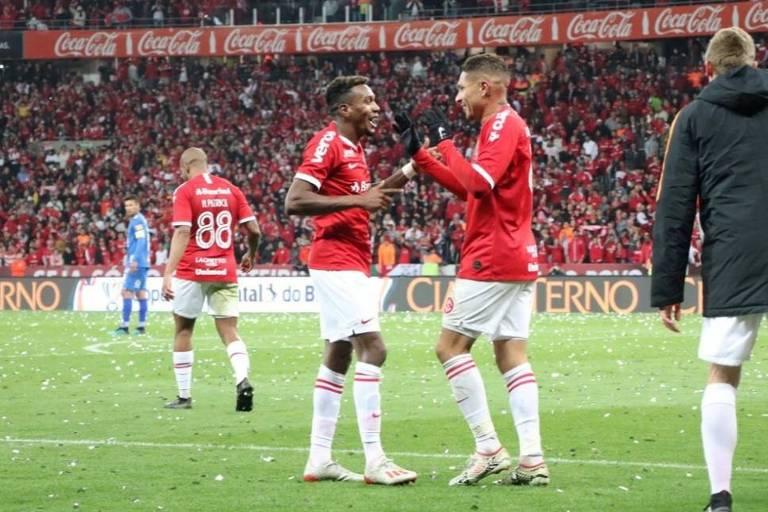 Edenílson (à esq.) e Paolo Guerrero, autores dos gols do Internacional na vitória por 3 a 0 sobre o Cruzeiro, no Beira-Rio, pela Copa do Brasil