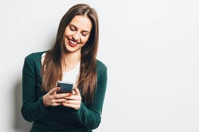 A economia de palavras faz com que risadas sejam encurtadas em mensagens de texto, um fenômeno presente em vários idiomas