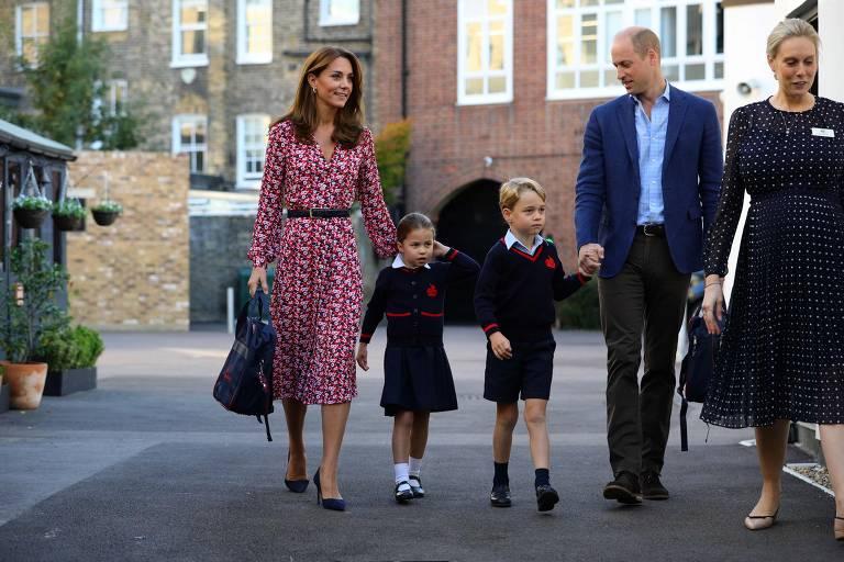 A princesa Charlotte de Cambridge, acompanhada por seu pai, o príncipe William, duque de Cambridge, sua mãe, Catherine, duquesa de Cambridge e seu irmão, o príncipe George de Cambridge, é recebida por Helen Haslem, chefe da câmara (R) em sua chegada para seu primeiro dia de escola em Thomas's Battersea, em Londres