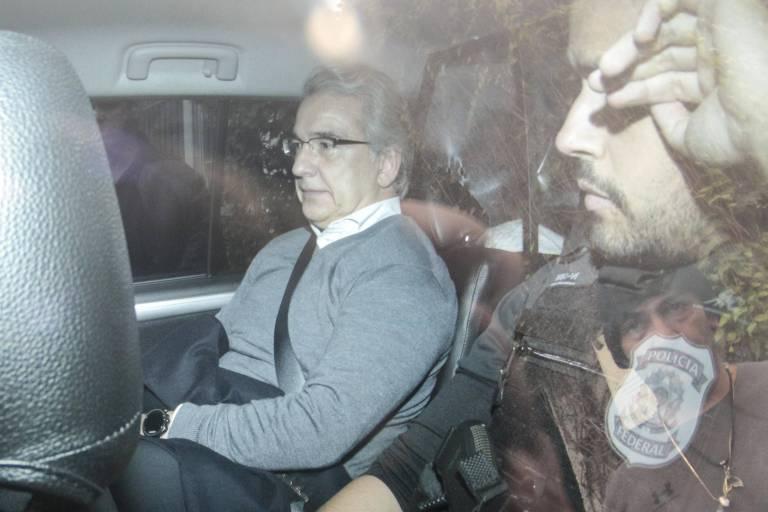 O executivo Maurício Ferro, ex-diretor jurídico da Odebrecht, é levado pela Polícia Federal durante a 63ª fase da Operação Lava Jato