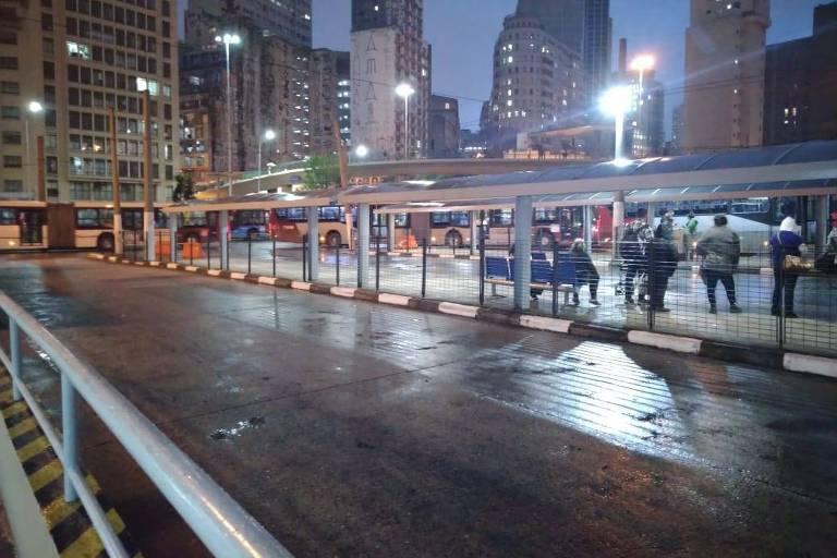 Terminal Bandeira, no centro da cidade, após os ônibus voltarem a circular na tarde desta quinta-feira (5)