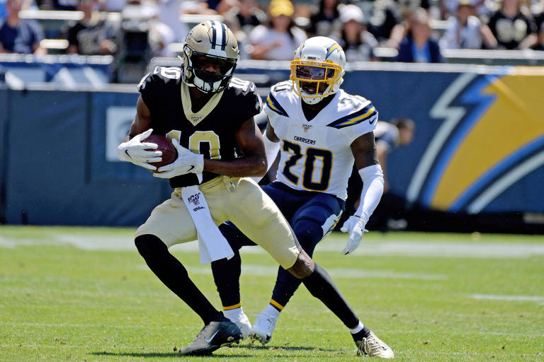 Desmond King, do Los Angeles Chargers, marca Tre'Quan Smith, do New Orleans Saints, em jogo da pré-temporada