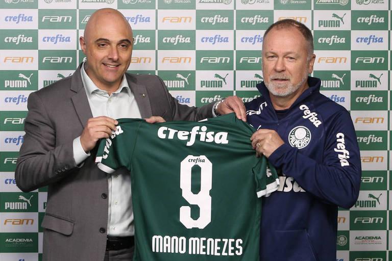 O presidente Mauricio Galiotte apresenta o novo técnico palmeirense, Mano Menezes, na Academia de Futebol
