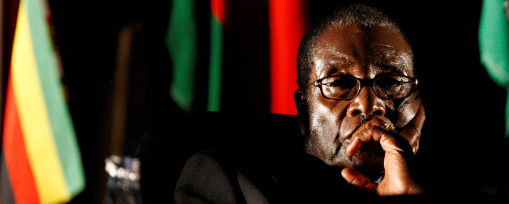 O então ditador do Zimbábue, Robert Mugabe, assiste a vídeo durante encontro em Joanesburgo (África do Sul)