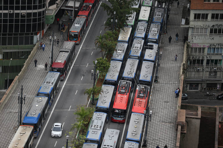 Do alto, fila de ônibus parados no viaduto Jacareí, no centro de SP, na manhã deste sexta-feira (6)