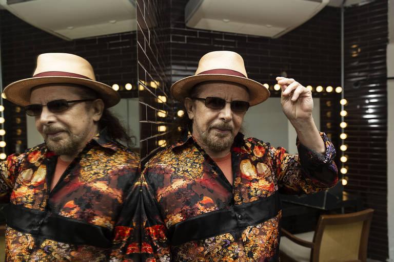 homem de camisa florida e chapéu marrom claro