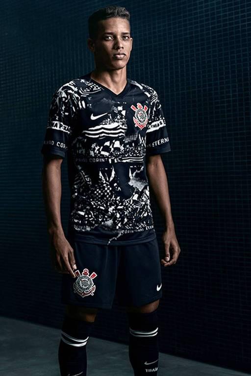 Pedrinho veste a nova camisa do Corinthians