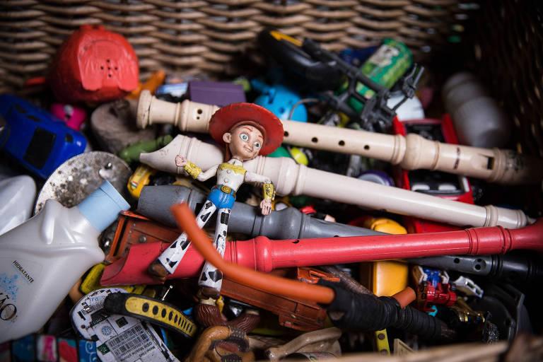 Brinquedos de garoto deixados em barraco de pai postiço