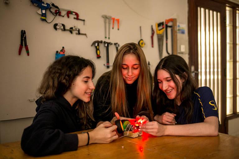 """Da esq. para a dir.: as alunas Beatriz Freire, Carolina Berenhoc e Rafaela Trindade, do oitavo ano do colégio Stance Dual, desenvolvem um projeto de bicicleta sustentável; escola é adepta do movimento maker, que estimula os alunos a construir coisas, baseado no conceito de """"faça você mesmo"""""""
