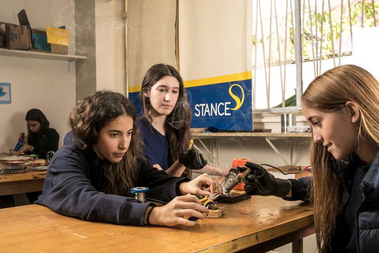 As alunas Beatriz Freire, Carolina Berenholc e Rafaella Trindade (da esq. para a dir.), 13, adaptam um gerador durante aula no Stance Dual, em SP
