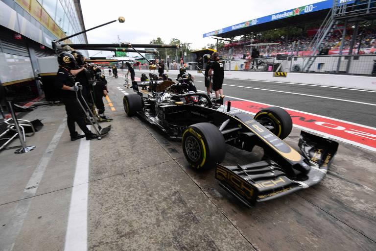 Romain Grosjean deixa os boxes durante treino  livre para o GP da Itália