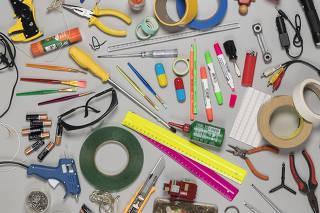 Capa Escolha a Escola. Producao com diversos objetos (Producao Aline Prado)