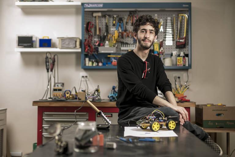 Rafael Aronis, 18, aluno do terceiro colegial do Lourenço Castanho, durante atividade no laboratório da escola