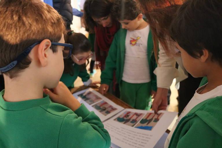 Crianças olhando para livro