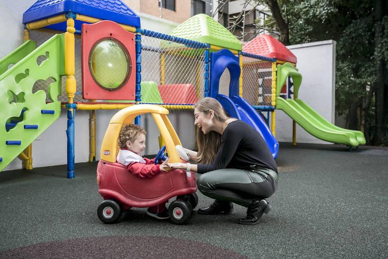 Juliana Maksoud com o filho Guilherme, de 1 ano e 10 meses, na Maple Bear