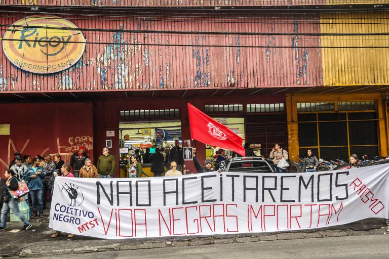 Protesto em supermercado da rede Ricoy