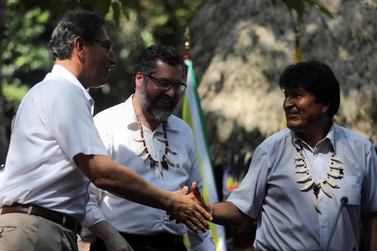 O presidente boliviano, Evo Morales, à dir., cumprimenta o líder do Peru, Martín Vizcarra, à esq., observado pelo chanceler do Brasil, Ernesto Araújo, durante encontro em Leticia