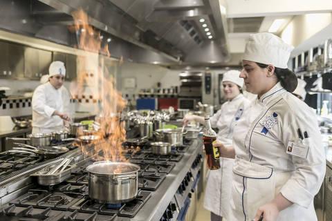 SÃO PAULO, SP, 04.09.2019 - Aula prática na filial paulista da escola de gastronomia francesa Le Cordon Bleu, em São Paulo. (Foto: Keiny Andrade/Folhapress)