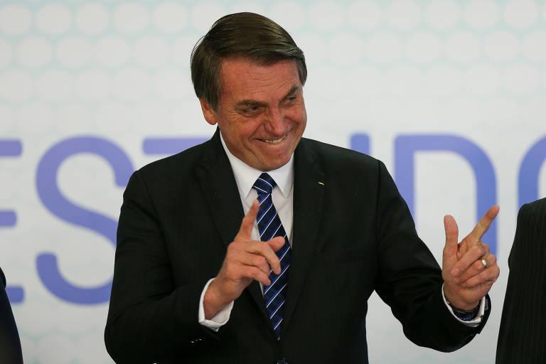 Bolsonaro acena para a plateia durante evento de lançamento da ID Estudantil, nesta sexta (6), no Palácio do Planalto