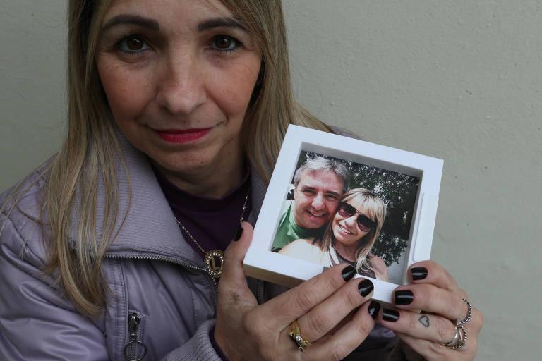 Lisete Viveiros, com foto tirada com seu marido, conta que seu ele morreu em outubro de 2017 e, em janeiro de 2018, ela apresentou ao INSS o Imposto de Renda dele onde consta como cônjuge; processo está no conselho de recursos