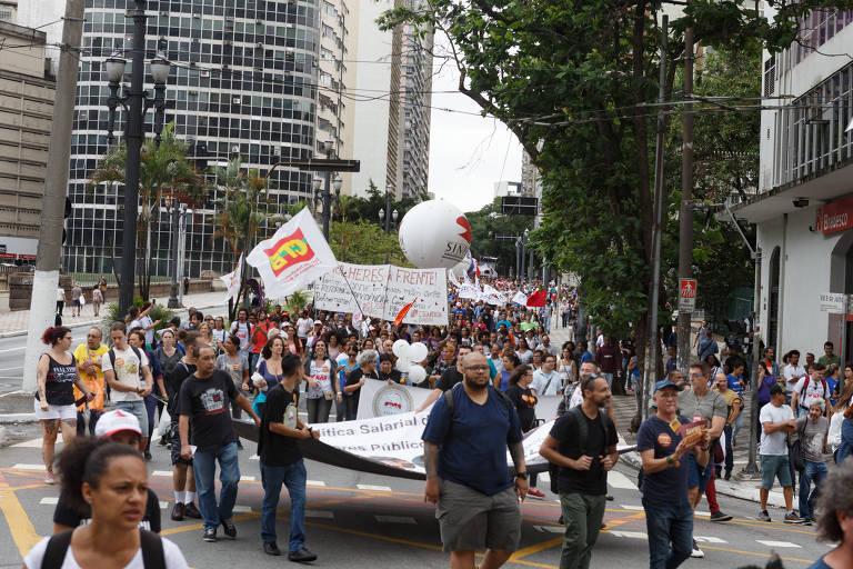 Protesto dos servidores municipais em frente à Prefeitura de SP