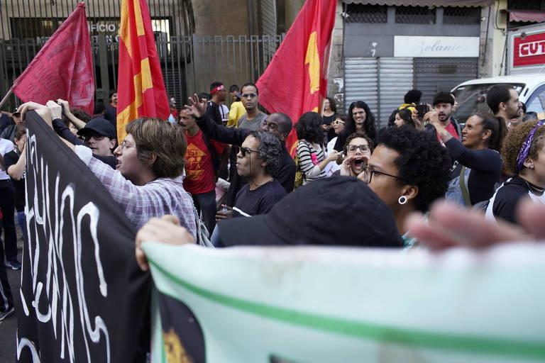 Manifestantes fazem protesto em área próxima do desfile militar no centro do Rio