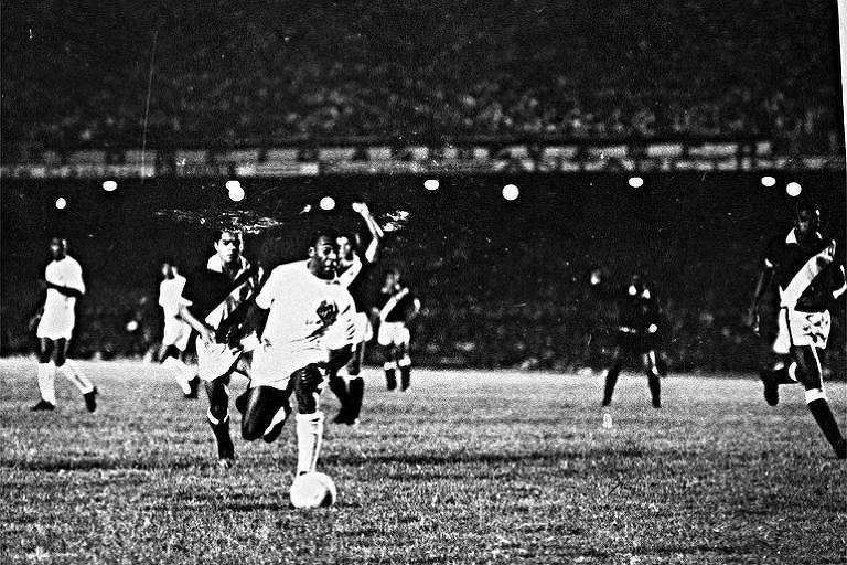 Pelé cobra pênalti contra o Vasco para marcar seu milésimo gol, em 1969