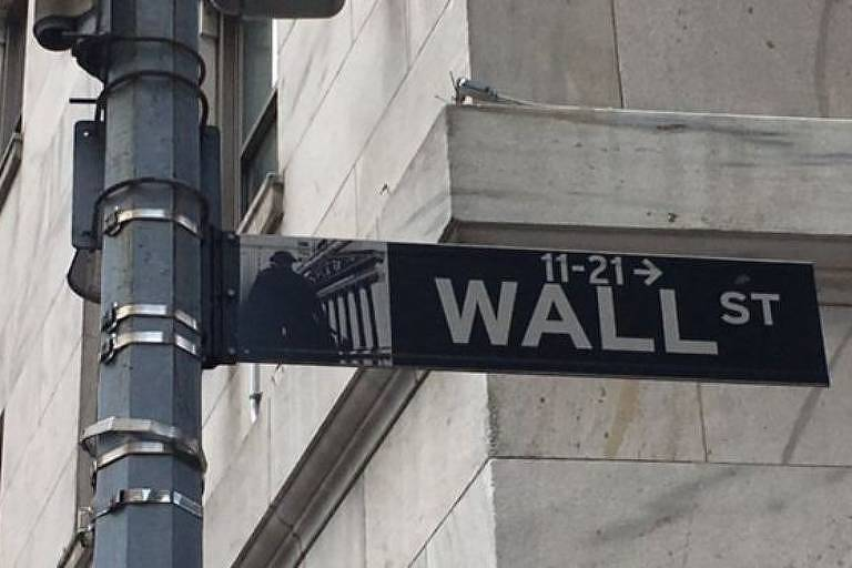"""Placa de rua em que se lê """"Wall St"""""""