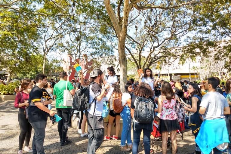 Público faz fila e troca livros com temática LGBT distribuídos pelo youtuber Felipe Neto na Bienal do Livro do Rio