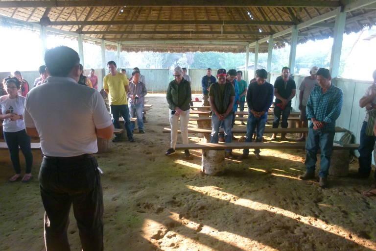 O padre Juan Elias, 42, faz oração com indígenas da comunidade de Mercedes, na Terra Indígena Takana II, na Amazônia boliviana