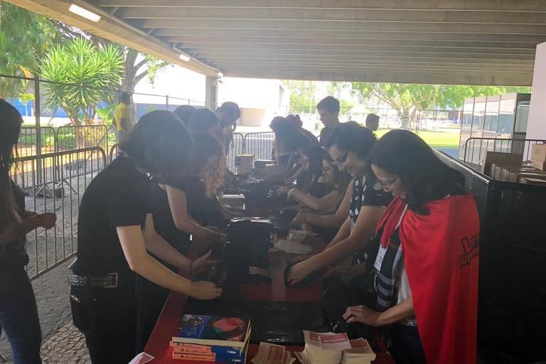 Público faz fila para receber livros LGBT na Bienal do Livro do Rio