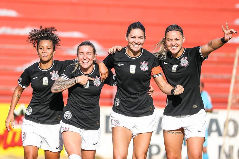 Jogadoras do Corinthians comemoram gol contra a Ponte Preta pelo Paulista