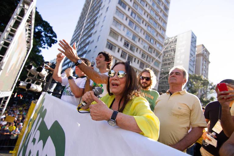A atriz Regina Duarte discursa em protesto pró-Bolsonaro na Avenida Paulista