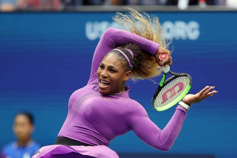 Serena Williams rebate bola na final do US Open contra Bianca Andreescu