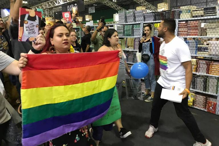 Protesto de frequentadores da Bienal do Livro do Rio contra censura a obras LGBT vinda do prefeito Marcelo Crivella