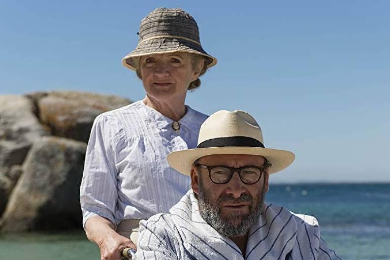 Os atores Julia McKenzie e Antony Sher em cena do episódio da série de 'Agatha Christie's Marple' dedicado a 'Mistério no Caribe'