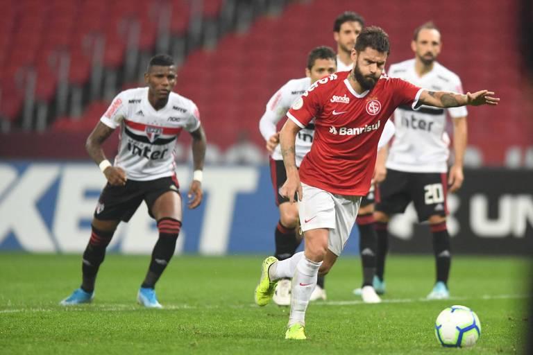 Rafael Sobis cobra a penalidade que deu a vitória para o Internacional sobre o São Paulo, no Beira-Rio