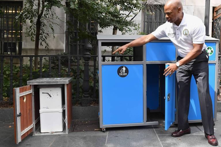Caixas em que serão coletados ratos, parte de um novo programa para combater a infestação em Nova York