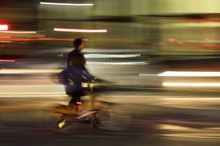 Especial Mobilidade Urbana. Ciclista circula na ciclovia no cruzamento da av Faria Lima com  av Juscelino Kubitschek