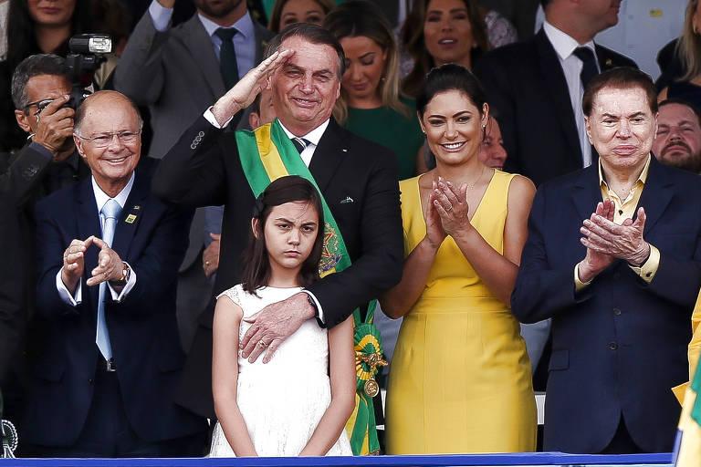O presidente Jair Bolsonaro ao lado da primeira dama Michelle Bolsonaro, do dono e apresentador do SBT, Silvio Santos, e do bispo Edir Macedo, da Igreja Universal, no desfile de Sete de Setembro, na Esplanada dos Ministérios, em Brasília (DF)