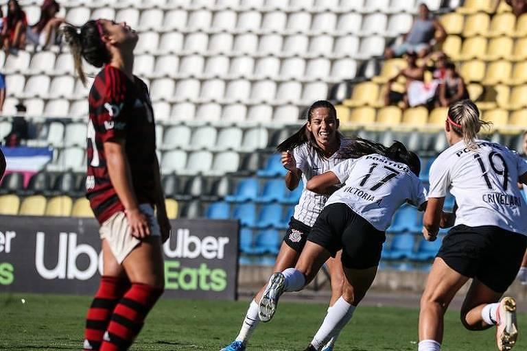 Corintianas comemoram gol contra o Flamengo, neste domingo (8), pela semifinal do Brasileiro
