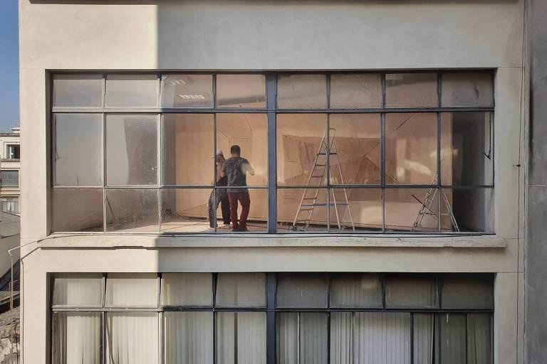 O escritório argentino Adamo-Faiden e o brasileiro Vão explorarão em 'O que Vemos, o que nos Olha' a transparência do Sesc 24 de Maio; a partir do 11º andar do Sesc, o visitante espreitará um espaço vazio no edifício Schwery (que aparece na foto), no qual uma pirâmide de espelhos será colocada, refletindo os olhares