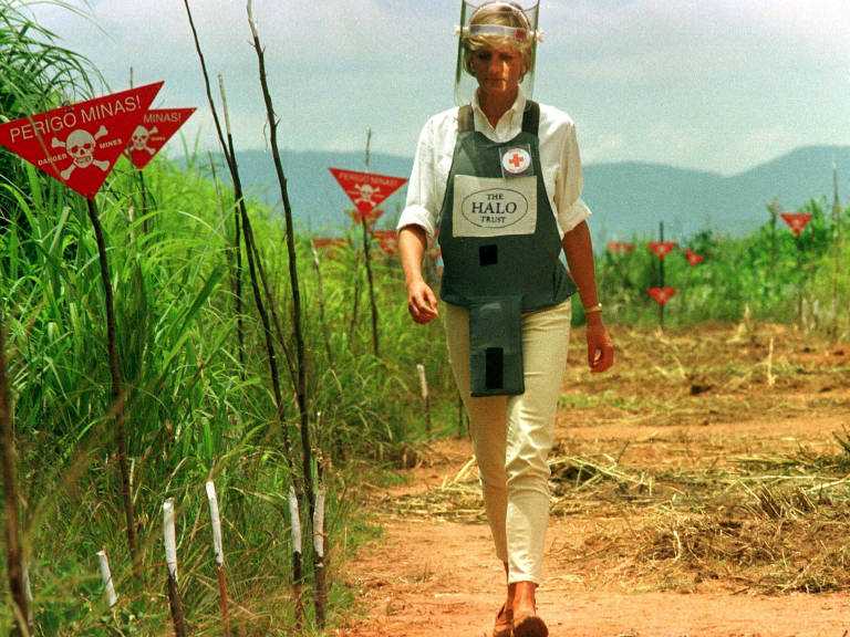Princesa Diana caminha em corredor seguro de campo minado em Huambo, Angola, em 1997