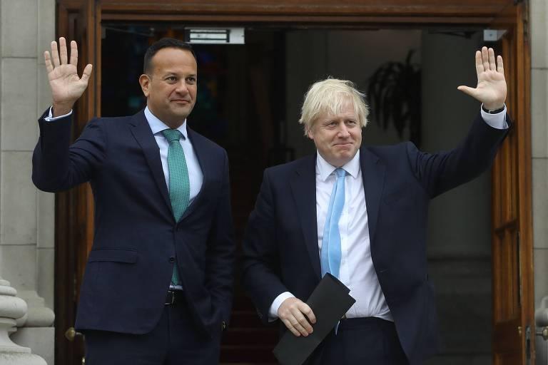 O primeiro-ministro da Irlanda, Leo Varadkar (à esq.), ao lado do primeiro-ministro britânico, Boris Johnson, em Dublin